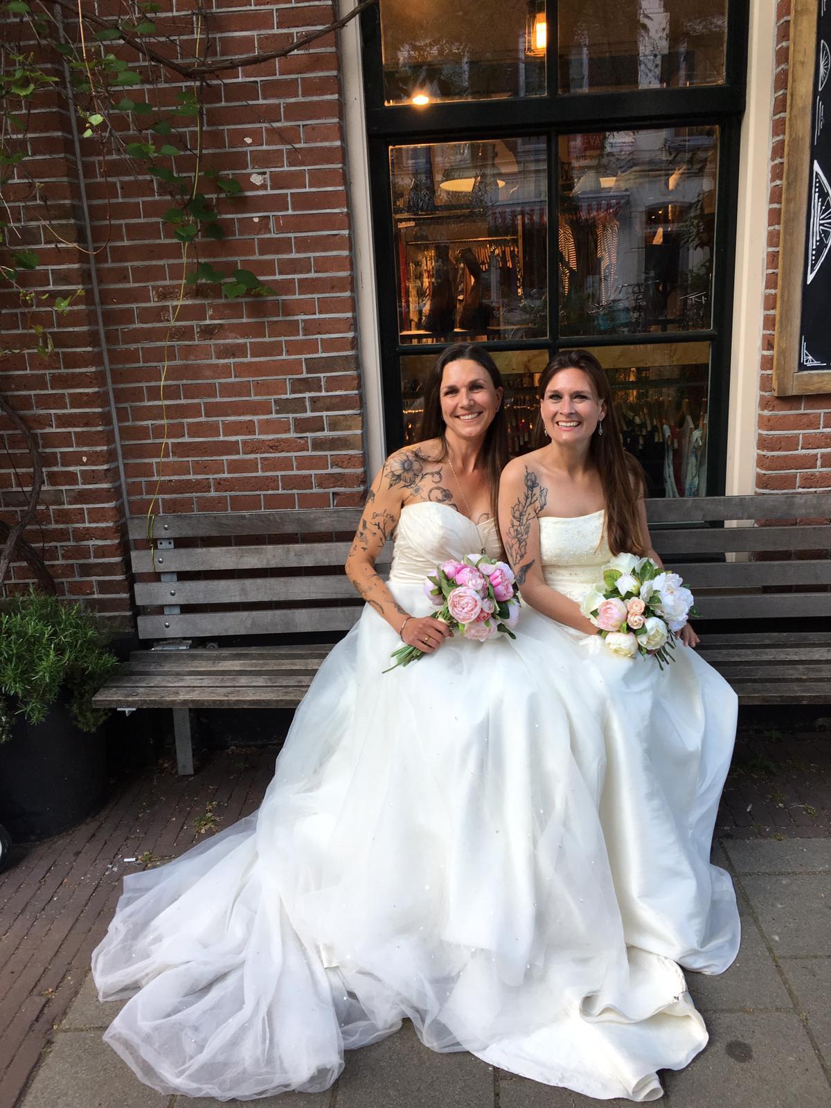 Bruidsjurken passen met vriendinnen